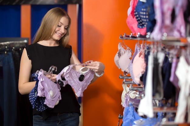 Женщина смотрит белье