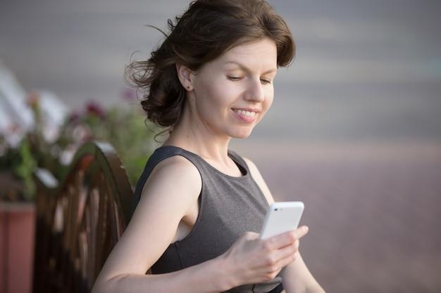 彼女のスマートフォンを見ウーマン
