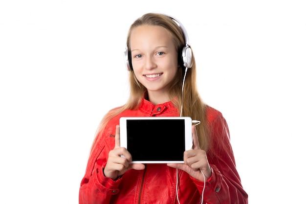 タブレットとヘッドフォンを持つ少女