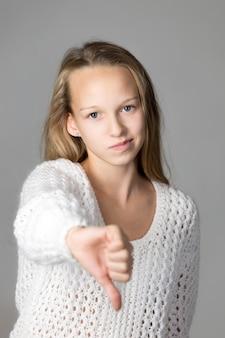 ダウン親指を持つ少女