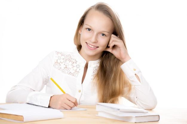 Девочка улыбается с карандашом в руке