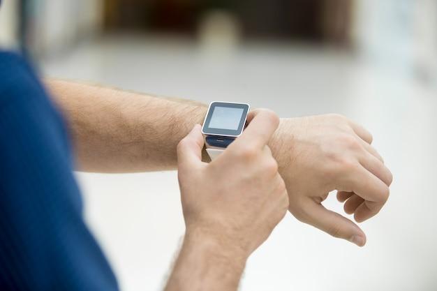 Человек манипулирует своей смарт-часы