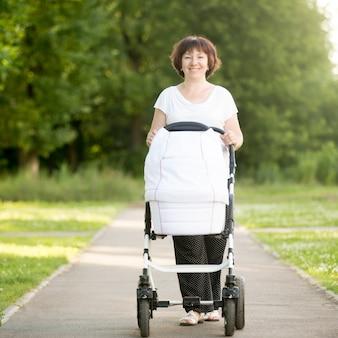ベビーカーを歩く女性