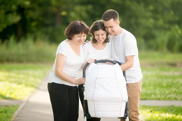 Семья с детской коляски