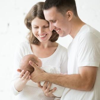 腕の中で赤ちゃんと一緒に父と母