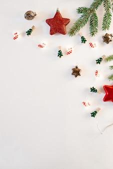 クリスマスや新年の背景、クリスマスの装飾とモミの枝のお祝い組成、あいさつ文の空スペース、コピースペース。はがき