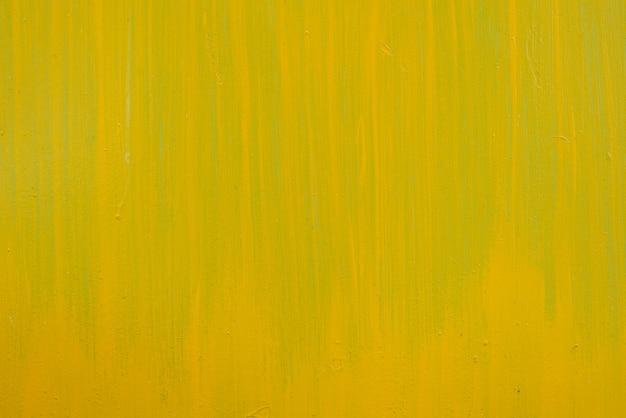 金属シートに黄色のペイントストローク。コピースペース