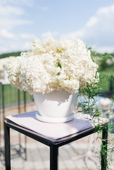 結婚式での結婚の出口登録の装飾の白い花瓶の白いアジサイの花束