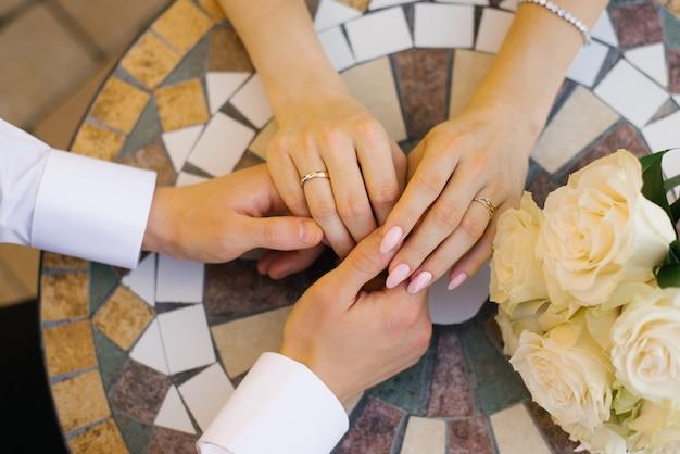 Пара в любви с девушкой и парнем, держась за руки за столиком в кафе