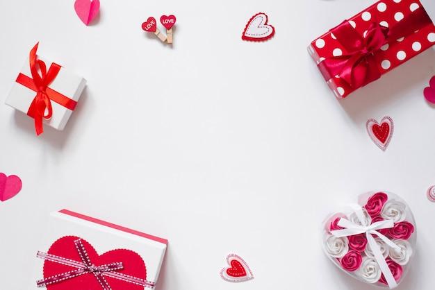 День святого валентина. рамка из подарков, сувениров, конфетти на белом
