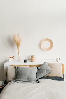 家の快適さ。モダンなインテリアデザイン。寝室のインテリアの天然素材。