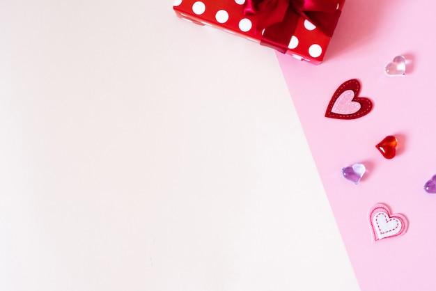 スペースコピーのバレンタインカード。ギフトボックス、白とピンクの背景に心