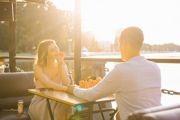 幸せな男と女の笑顔と手をつないで