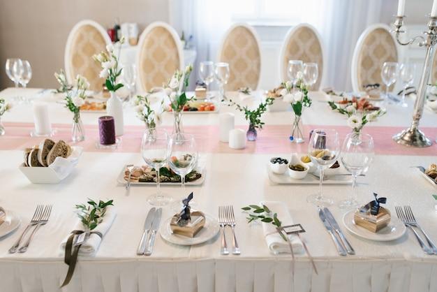 Банкетный свадебный стол в ресторане или кафе в бежево-коричневых тонах