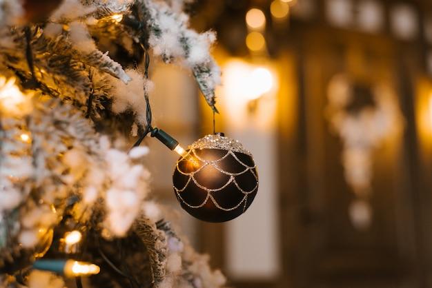 非常に熱いライトが付いている木の茶色のクリスマスツリーグッズ