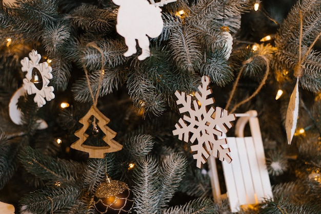 クリスマスツリーに木製のクリスマスツリーのおもちゃ