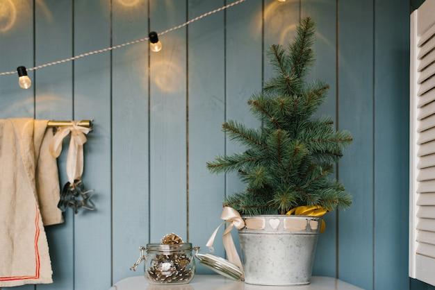 キッチンの金属製のバケツのクリスマスツリー