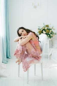 ピンクのレースのドレッシングガウンランジェリーに身を包んだ、柔らかい肌を持つセクシーな女性の肖像画