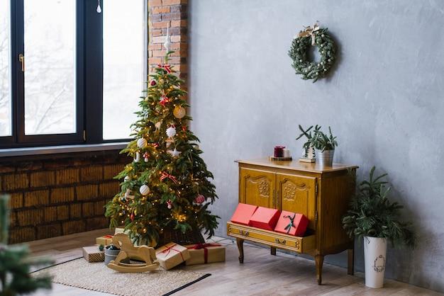 Новогодняя елка, комод с подарками в гостиной в стиле лофт