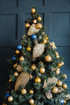 Красивая новогодняя елка в интерьере гостиной синего цвета