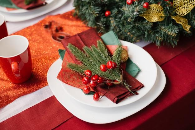 Праздничный декор стола, сервировка рождественского ужина