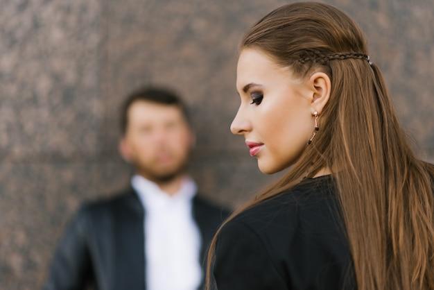 Стильная молодая женщина с косметикой в профиле