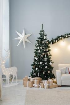 パステルカラーのリビングルームでの伝統的なクリスマスツリー