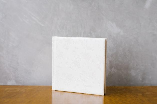 白い革のカバーの写真集。ウェディングフォトアルバム