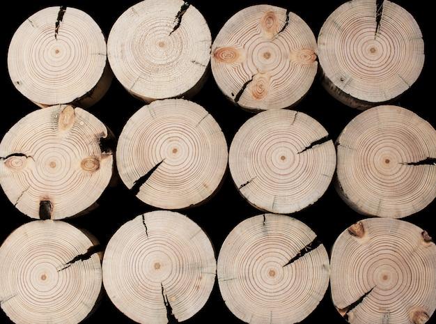 ひびの入ったのこぎりで松の木を切る