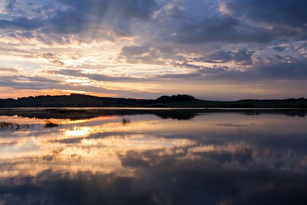川の美しい夏の夕日。