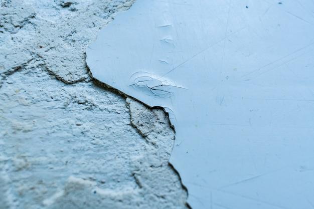 剥離ペイントとパテの部分で灰色の表面。セレクティブフォーカスとコピースペース。