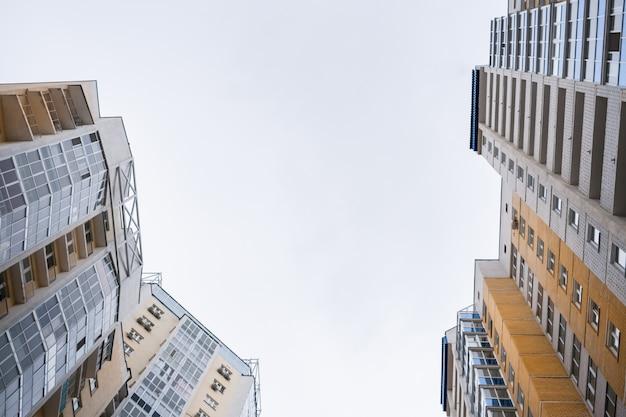 鮮やかなモダンなグレーイエローの住宅のファサードの低角度のビュートップ。