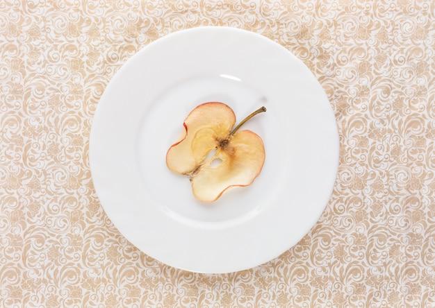 皿の上の乾燥リンゴのスライス