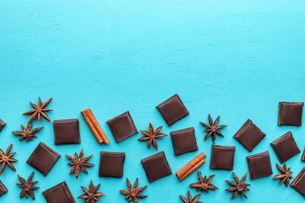 チョコレートスライスとターコイズブルーの背景にアニスの星