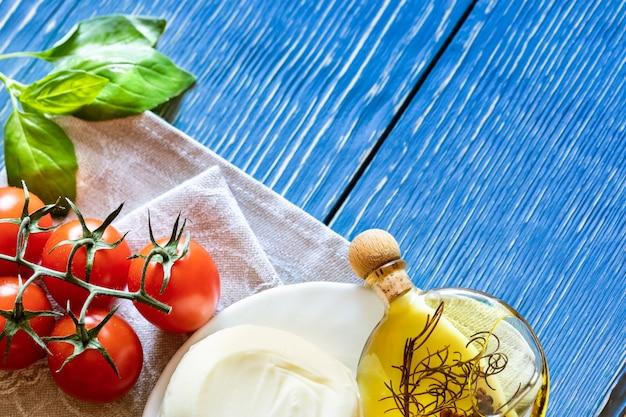 赤いトマト、モッツァレラチーズ、オリーブオイル、バジル