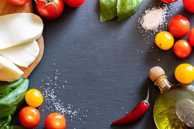 トマト、モッツァレラチーズ、塩、オリーブオイル、グリーンバジル