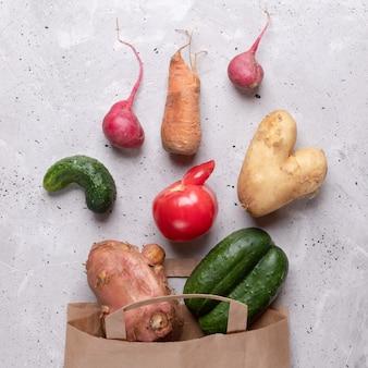 紙袋から散らばって熟したい野菜