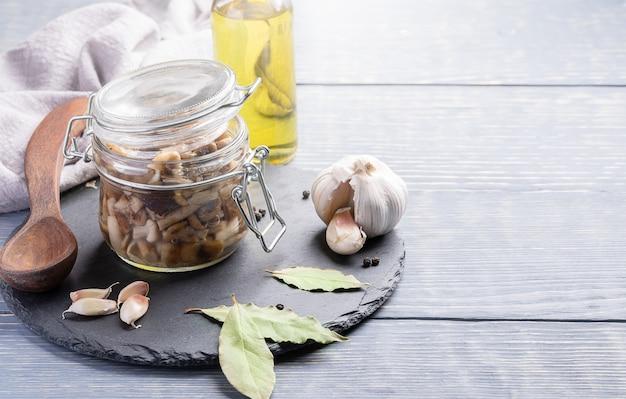 瓶の中の自家製ピクルスフォレスト蜂蜜ハラタケ