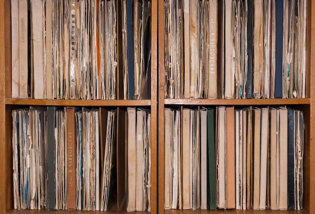 古いビニールレコードの入ったキャビネット。