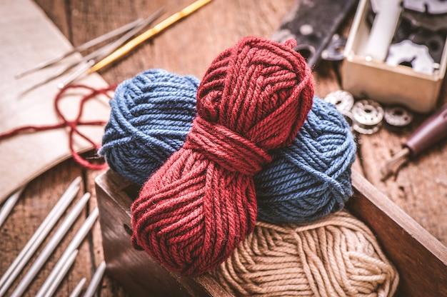 編み物やかぎ針編みの機器(かぎ針編みのフック、糸、ウール、針)