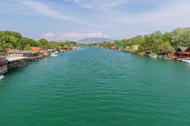 水上レストランは、観光客を美味しいシーフード料理に誘います。