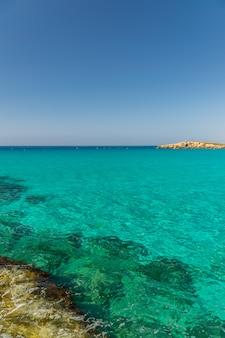 Туристы отдыхают и купаются на одном из самых популярных пляжей на острове.
