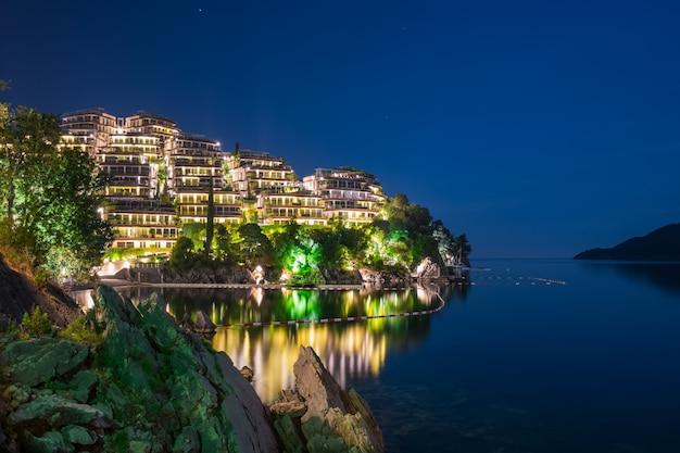 Живописная ночная набережная на побережье адриатического моря