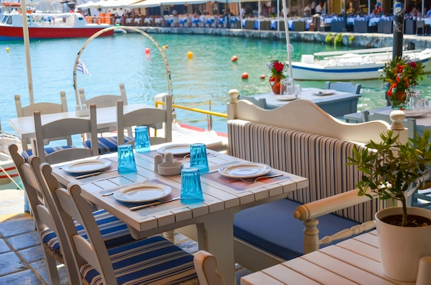 レティムノの海岸にあるテーブル