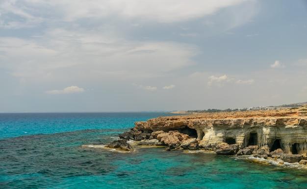 壮大な海の洞窟はアギアナパの街の近くの東海岸にあります
