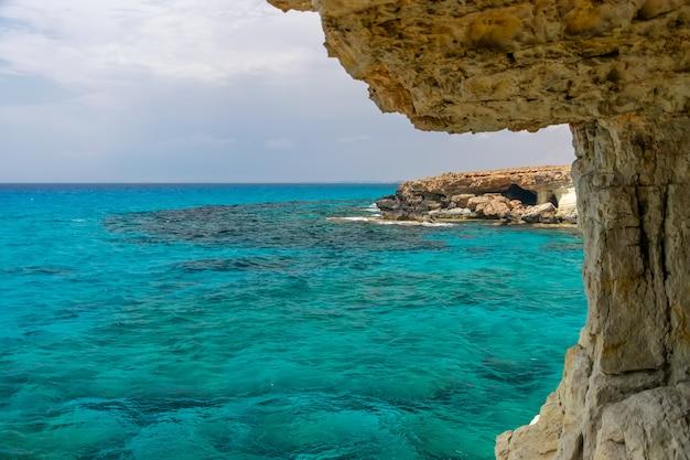 珍しい絵のような洞窟は、地中海沿岸のキプロス、アギアナパにあります。