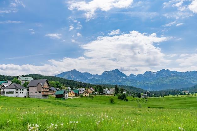 Живописная зеленая долина среди высоких гор