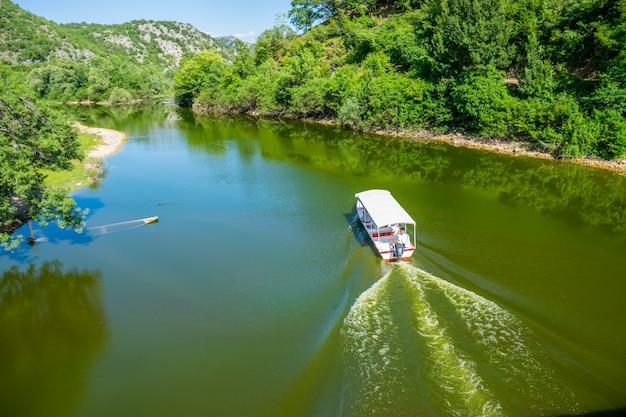 モーターボートは観光客を美しい川の景勝地に運びます