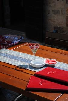 このレストランの海岸の夏のテーブル