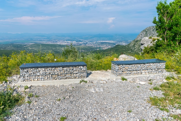 Две живописные скамейки установлены на вершине горы для вида на город.